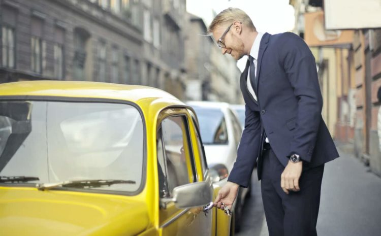 How To Successfully Overcome A Lockout: Who To Call When Keys Locked In Car?